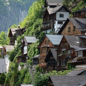 Satul in care localnicii pretuiesc traditiile si pastreaza arhitectura zonei. Mii de turisti viziteaza anual localitatea