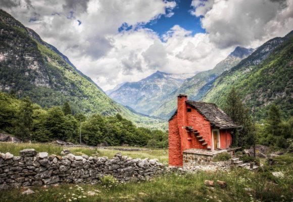 O studenta la arhitectura construieste case in cele mai sarace tari din lume