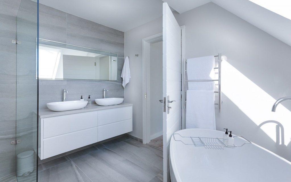 Mobilierul la înălțime oferă spațiu suplimentar pentru încăpere