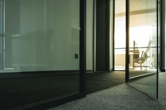 7 soluții pentru a folosi ușile de sticlă într-o locuință elegantă